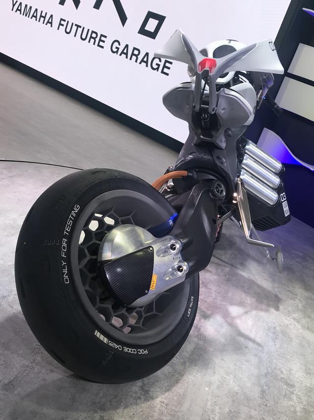 画像: スイングアーム付け根で動き、バランスを取り2輪で自立。サイドスタンドから起き上がるときはこのように大きく捻れる