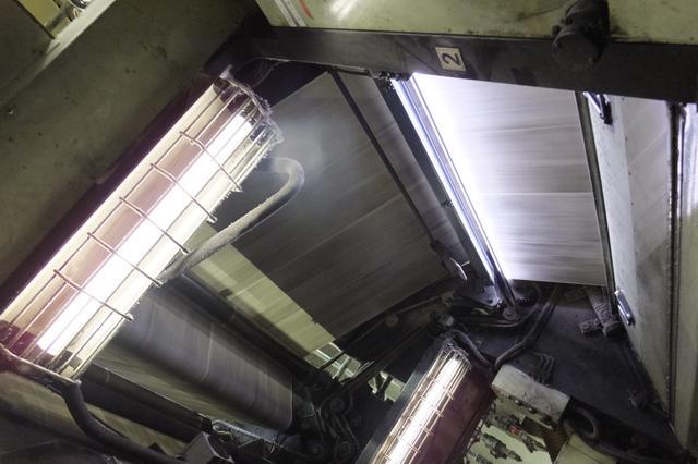画像: 上の機械を中から見ると、ものすごい速さで印刷されているのがわかります。