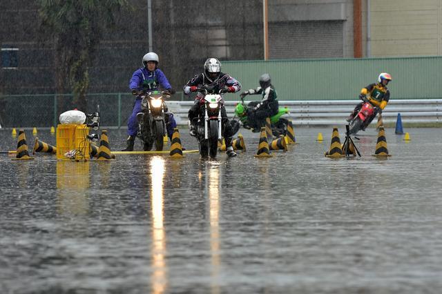 画像: 時折小降りになることはあっても、第2ヒート終了まで雨は降り続いた。再舗装されたばかりでグリップの良くなった路面でも、常に水が溜まってしまうとどうしようもなくスリッピーになってしまう。