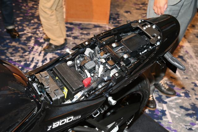 画像: シート下にはETC2.0車載器を標準装備。シートは容易に脱着が可能で、工具を使わずバッテリーやヒューズボックス、シート内側にある車載工具にアプローチすることができる。