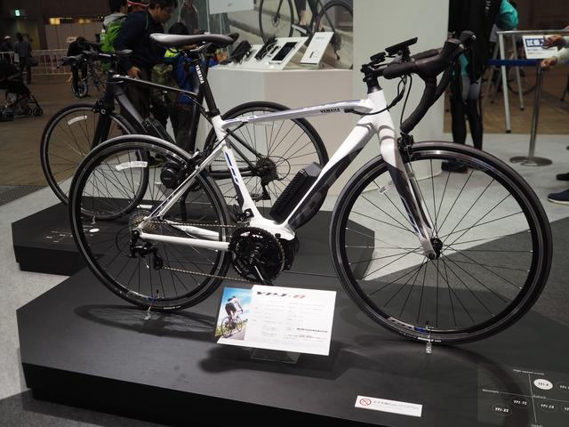 画像: ロードバイクタイプのスポーツ電動アシスト自転車で、ヤマハ製の電動アシスト自転車の中では最軽量のYPJ-R。諸元はフレーム:アルミ製オリジナルフレーム、重量:15.4kg(M)、15.2kg(XS)、電動機形式:ブラシレスDCモーター(定格出力240W)、搭載バッテリー:2.4ahリチウムイオンバッテリー、バッテリー重量:0.54kg、1充電あたりの走行距離:「ECO」モード48km、「STD」モード22km、「HIGH」モード14km、価格:24万8400円 [消費税8%含む]