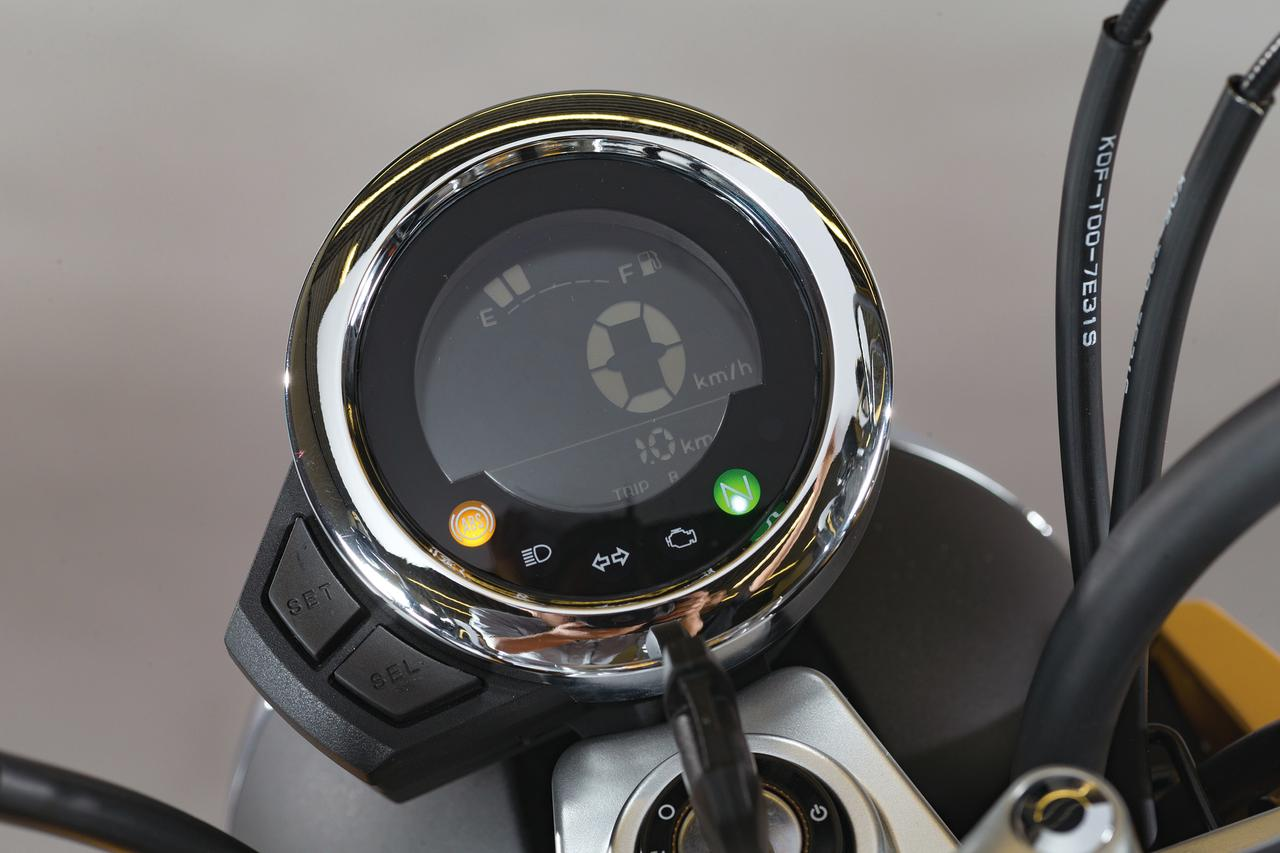 画像: リムをクロームメッキとしたメーター画面はネガティブ液晶。センターに大きく速度をデジタル表示し、上部にバーグラフ式フューエルゲージ、下部にオド、トリップを表示する。