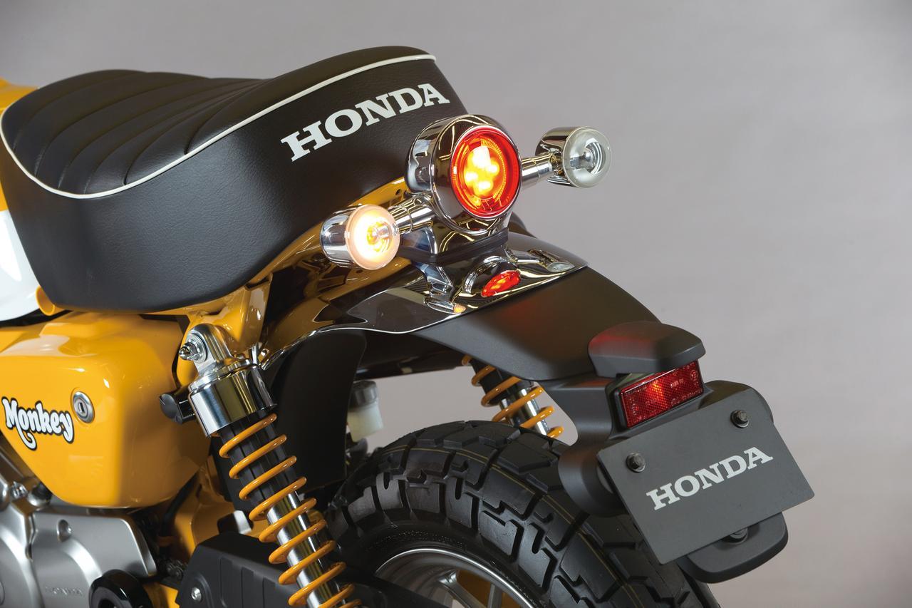 画像: クロームメッキが美しいリアフェンダーに、LEDテールランプとリアウインカーを3連装備。シートエンドにはホンダロゴがあしらわれ、丸3灯のリアビューは愛くるしい。