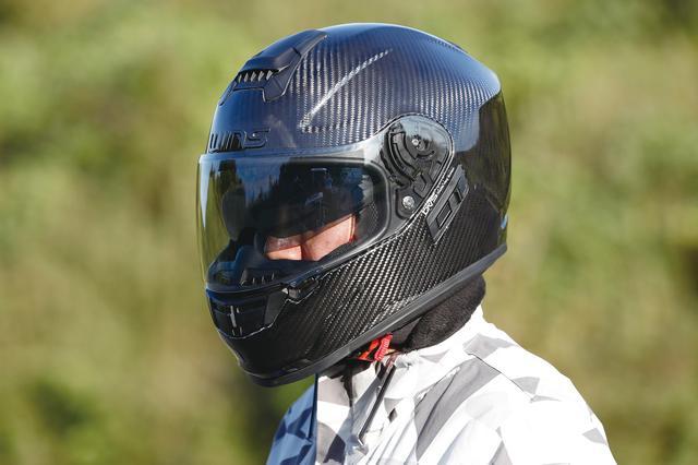 画像: 同シリーズのフルフェイスモデルがAフォースRS。こちらもドライカーボンファイバー製帽体+インナーバイザー付きで1340g(Mサイズ・編集部実測)という軽さと、税込み4万2120円という価格が魅力。