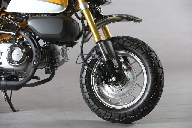 画像: ゴールドに輝くアウターチューブが存在感をアピールするフロントフォークは、グロム同様のφ31㎜倒立式。ABSはフロントのみに装備し、タイヤはタイのVee Rubber社製V133を履く。