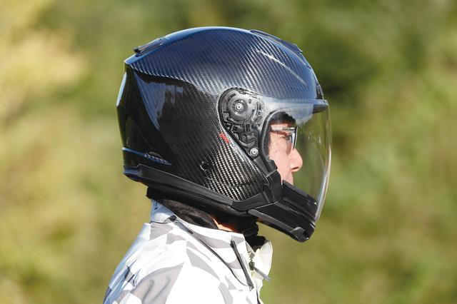 画像: 別売のチンガードを装着するとフルフェイス的なルックスになる。この状態でも視界が抜群に広いことが判るはず。特に下方向の視界が広くてストレスがない。