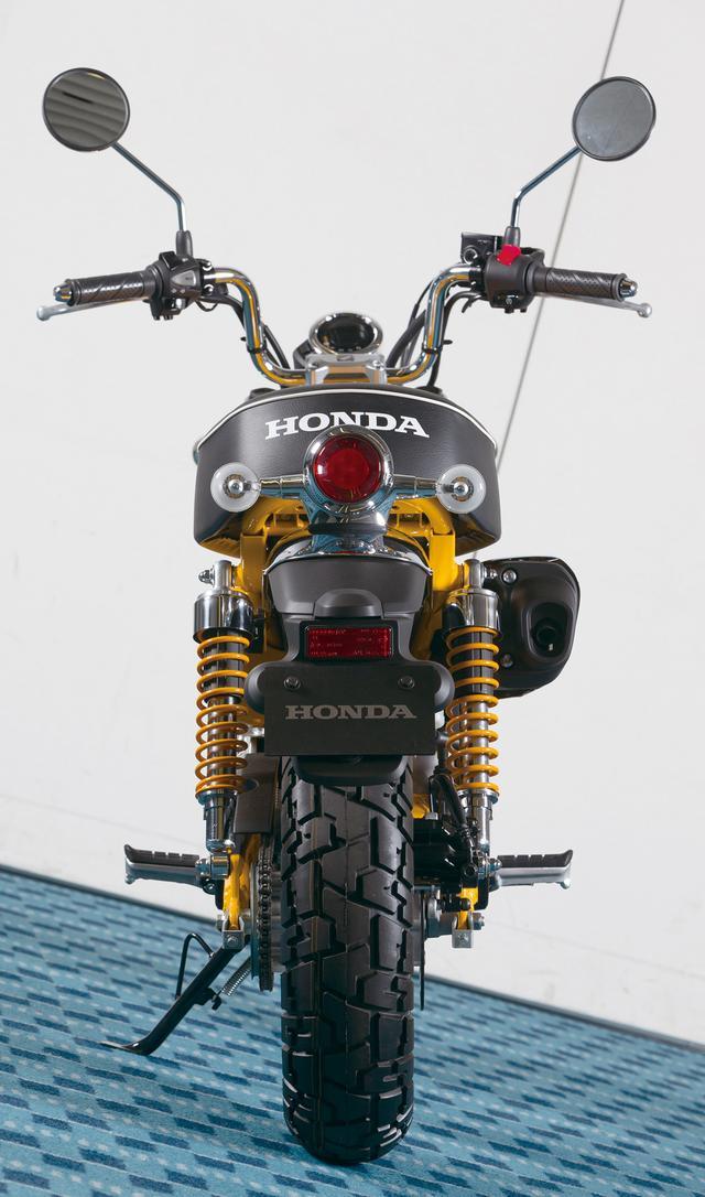 画像: メッキフェンダーには樹脂製のフェンダーが追加され、リフレクターとナンバープレートをマウント。シートのボリューム感が目を惹く。