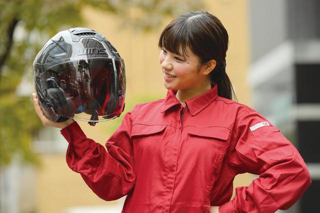 画像: 実測で1290gという重量で、持った瞬間に軽さを実感する。インナーバイザーを装備しないオープンフェイスモデルよりも150g以上軽いのはドライカーボン製のなせる業だ。