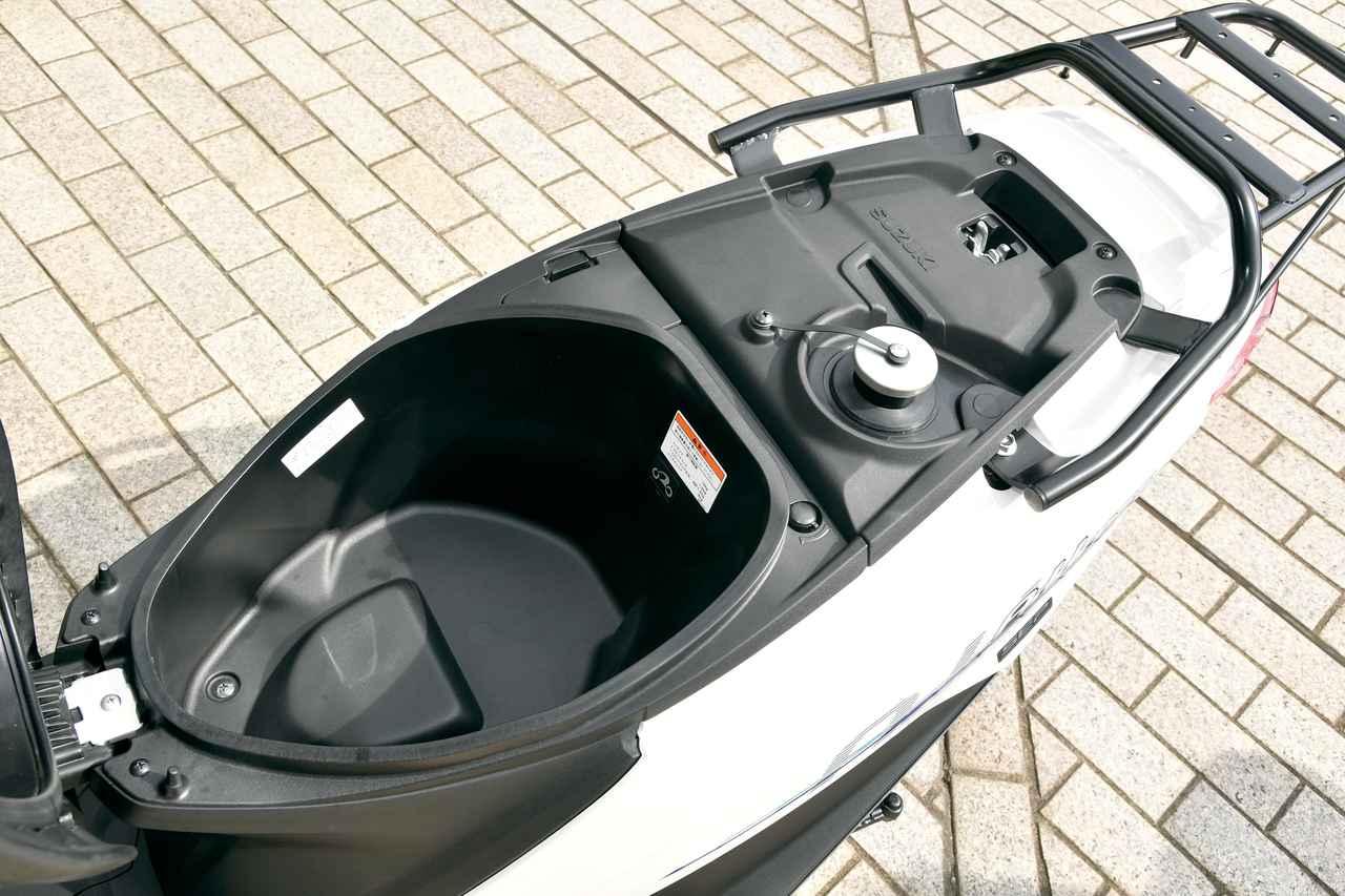 画像: シート下にはジェットを収納可能なメットインスペースを確保。給油キャップには脱落防止のバンドを装備し、リアキャリアも堅牢なものを採用。