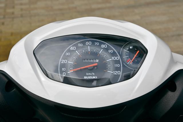 画像: スピードメーターは大きなアナログのスピードメーターと燃料計、トリップのみ。シンプルだが視認性は抜群だし、機能としては必要十分。