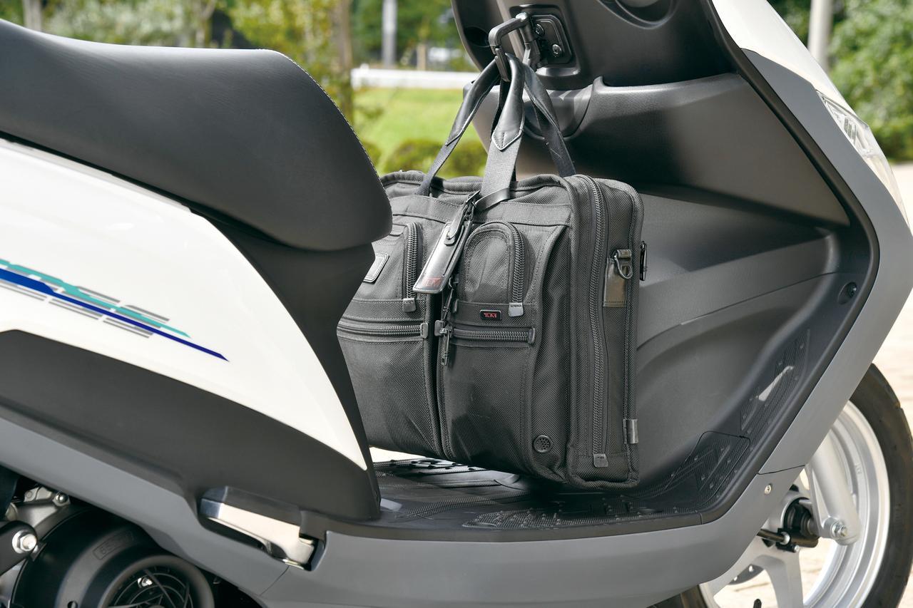 画像: フロントのフックは大型とし、ビジネスバッグも余裕で掛けられる仕様としている。フロアにかばんが接地しない位置取りも絶妙。