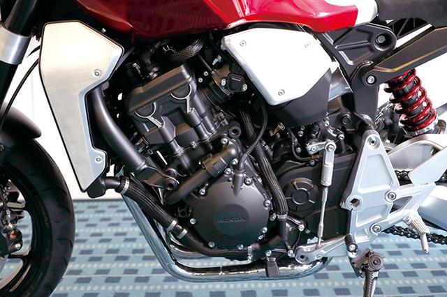 画像: シフトペダルと組み合わせてクイックシフターも装備している。シフター自体はVFRなどにオプション採用されているものに近いデザインだ。