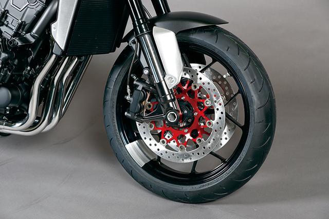 画像: フロントフォークはショーワ製。タンクやフレーム同様、足回りも発表間近の次期CB1000Rに引き継がれる模様。タイヤはダンロップのラジアル。