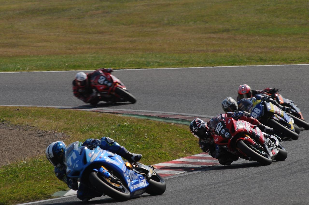 画像: レース1、トップグループに大きく離されてセカンドグループでレースする津田