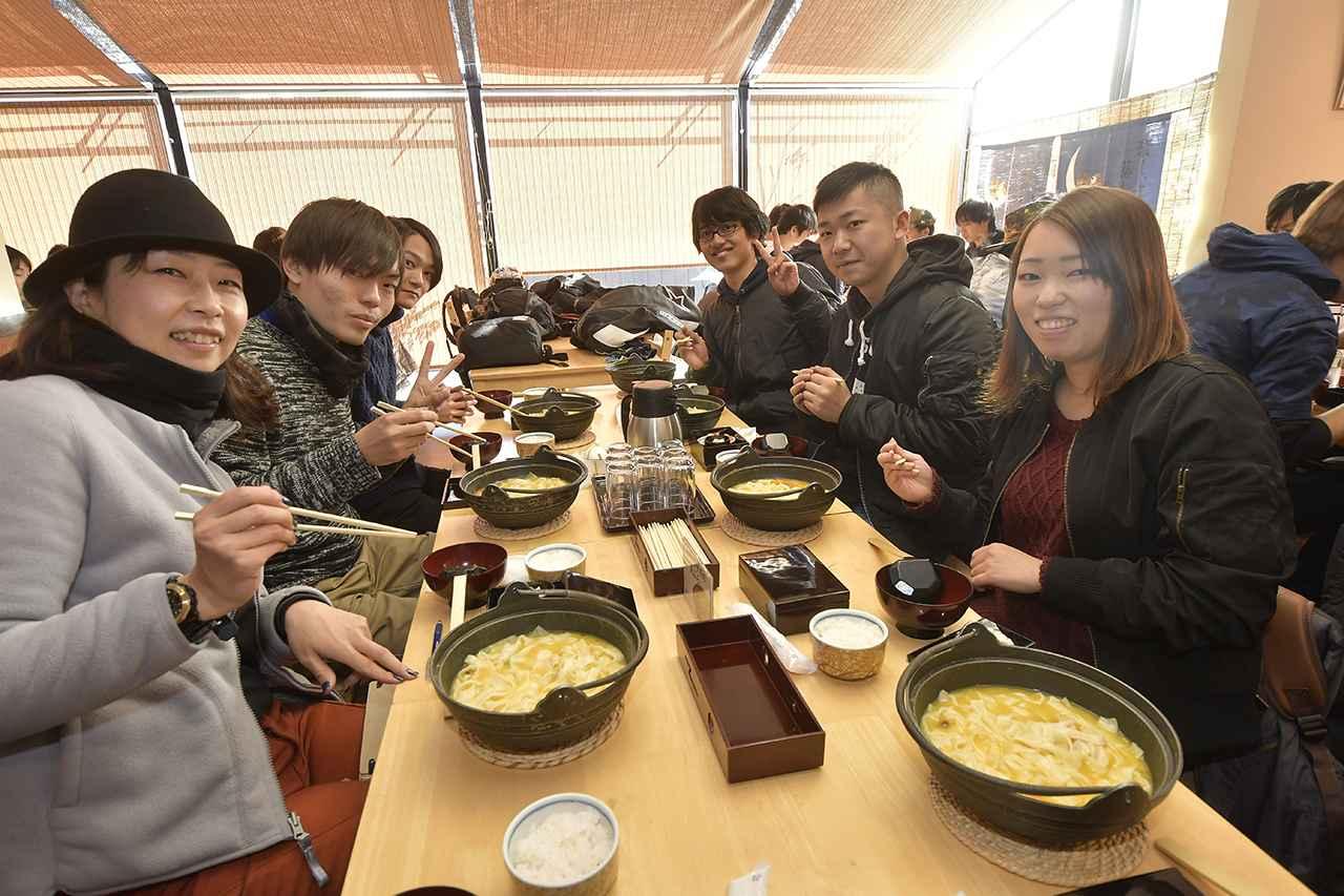 画像: 参加人数が想定を上回り、2店舗に分かれて昼食タイム。浅間茶屋山中湖店さんのほうとう、美味しくて身体が温まりました〜!