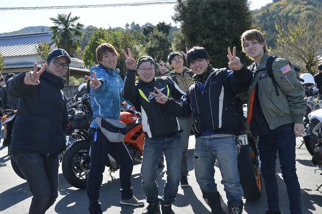 画像: バイクに乗ってる姿ではわかりませんが、カメラを向けた時のノリの良さは、さすが20代です(笑)