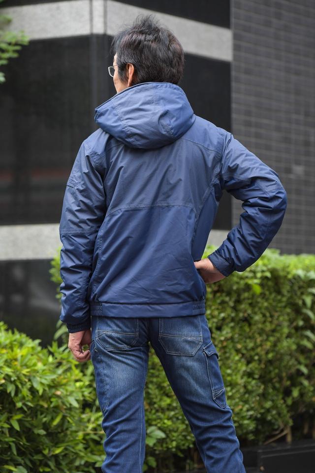 画像: 大型のフードは取り外し可能。腕や腰のアジャスター類はないが、スッキリしたシルエットなので 寒い時期の普段着としてもOK。
