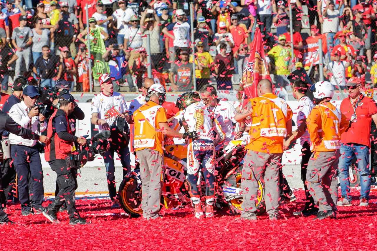 画像: 優勝を決めたバレンシアのウィニングランはいつもスゴいですw 月曜、コース清掃めっちゃタイヘン
