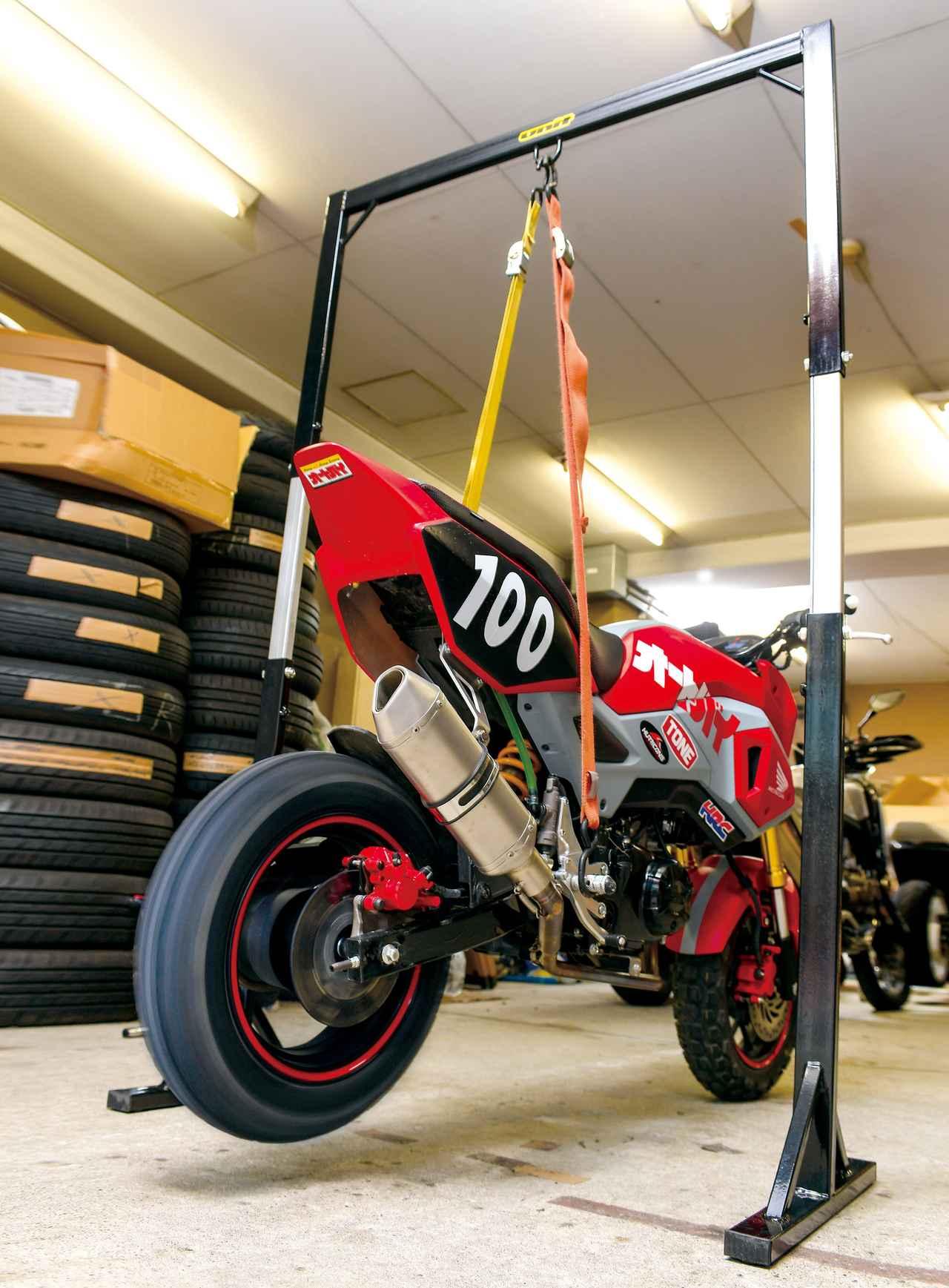 画像: グロム程度の車重ならラチェット式ではない通常のタイダウンベルトでも吊れる。写真は高さを170㎝にした状態。