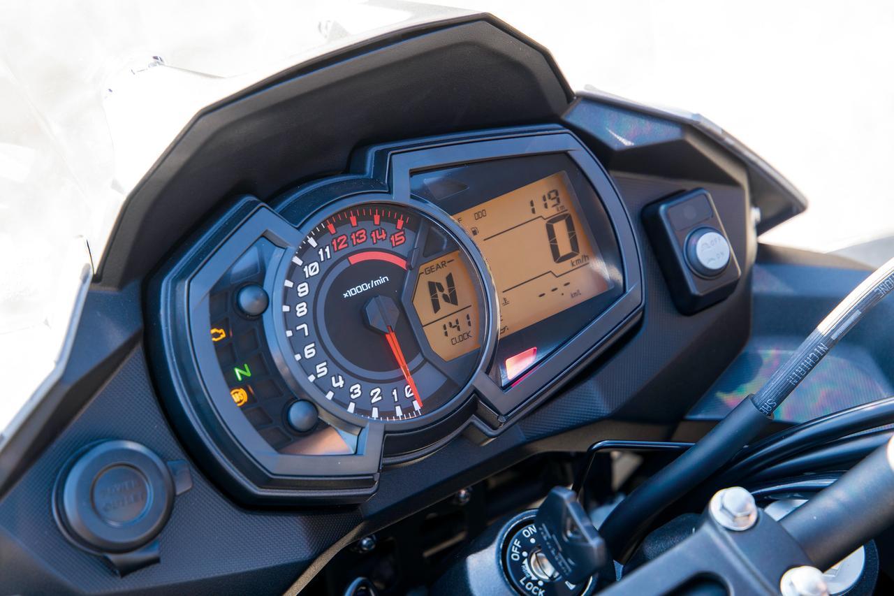 画像: アナログタコメーターの右サイドに液晶マルチモニターを採用。ギアポジションインジケーターや燃費計のほか、省燃費走行に役立つエコノミカルライディングインジケーターも装備する。