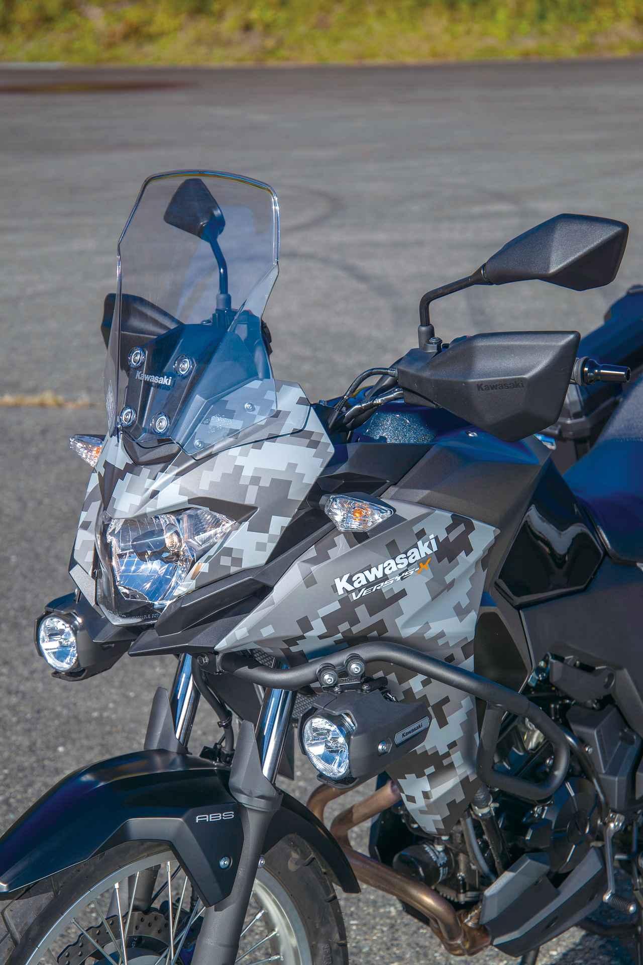 画像: スクリーンは小ぶりだが角度が絶妙で、十分な防風効果を発揮。試乗車はオプションのPIAA製LEDフォグ(3万9096円)を装着。
