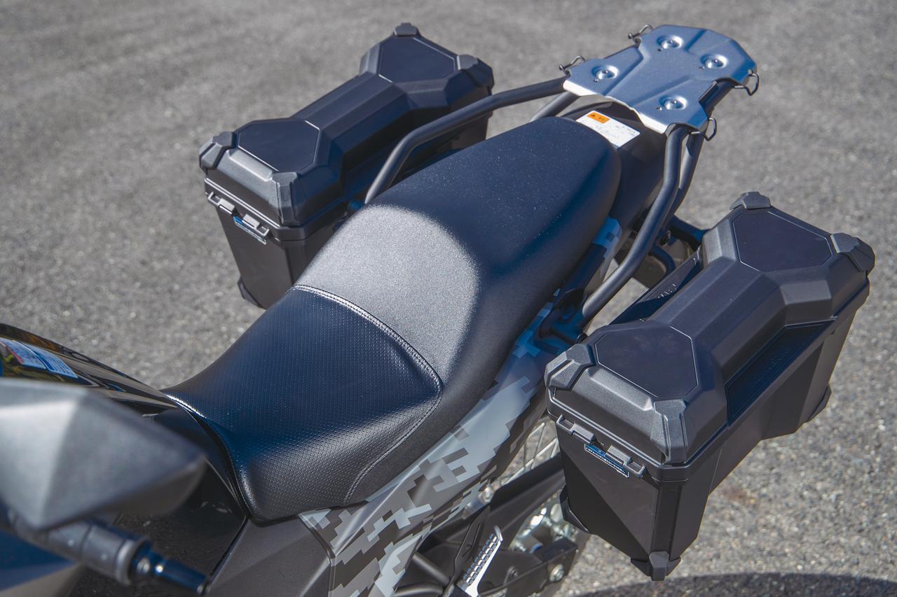 画像: シートは足つき性を重視して、高さを815㎜に設定。座り心地はやや硬めで、長時間のライディングにも疲れない。ツアラーはパニアケースを標準装備するが、STDの場合は5万2164円のオプション。