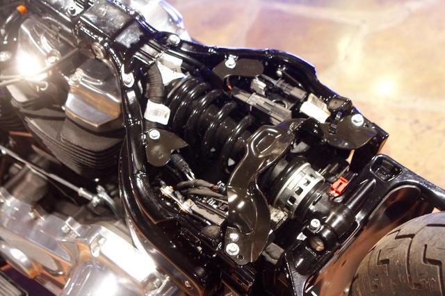 画像: これまでエンジン下に2本のショックを配していたリアサスペンションは、モノショック化してシート下に配置されている。