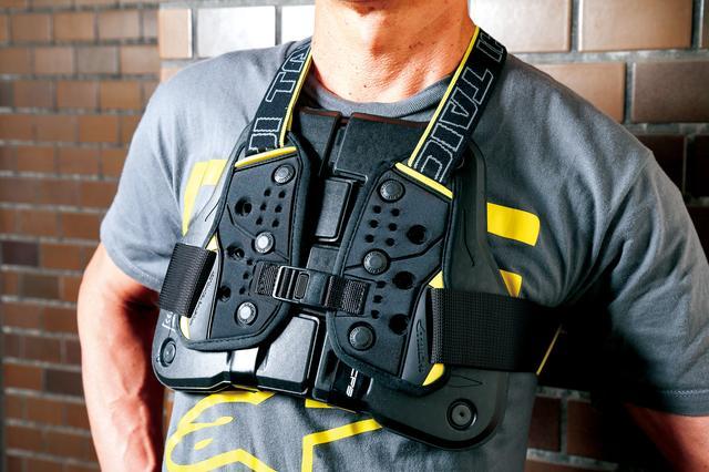 画像: 理想的なプロテクター位置とフィット感に調整できるベルトタイプ。厚みを抑えてあるのでアパレル系ジャケットの下に着けてもシルエットを崩しにくい。