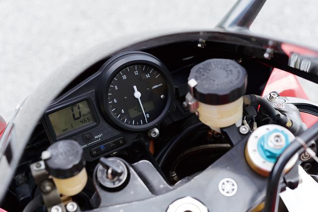 画像: デジタル表示の速度計とアナログ表示のタコの組み合わせは、最新モデルでも多用されてるデザインパターン。シンプルな構成だけに、エンジン回転と水温を瞬時に読み取れる。レースではそれだけで充分だ。