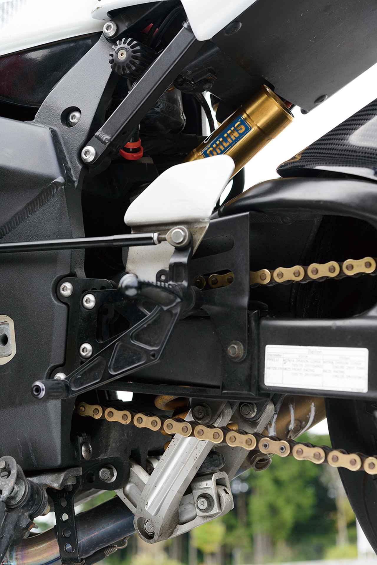 画像: ブレーキとミッションのペダルをステップペグと同軸にして確実な作動性を確保。ステップ位置はライダーの体格や好みに応じて高さや前後位置を変えられる。もちろん1アップ5ダウンの「逆チェンジ」パターンにすることも可能。