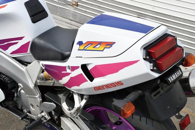 画像: レース用のSPはひとり乗り専用でFRP製のシングルシートカウルを装着しているが、街乗り仕様であるRではタンデムシートも備える。写真はRで、シングルシートカバーを装着した状態。