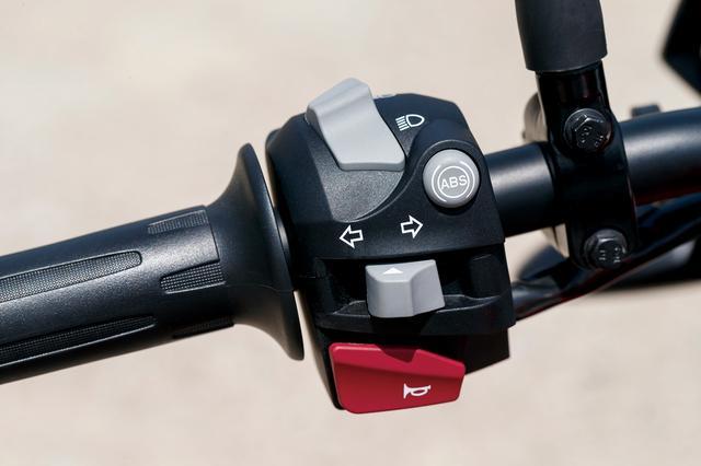 画像: ハンドルスイッチはRに準じるが、GSはオフロードでリアブレーキスライドが可能なように、左にABSのキャンセルスイッチ(右側の丸型)が設けられる。
