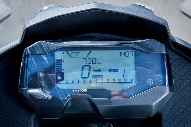 画像: メーターの基本デザインはRと変わらない。タコメーターはバーコード式が手前横向きに、中央に速度が表示される。コンパクトでも多機能だ。