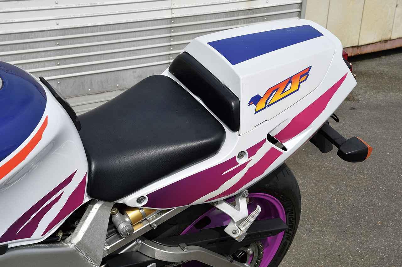 画像: シート高は785㎜と低めの設定。写真の1994年モデルからは、Rのリアサスペンションがアジャスタブルタイプに変更されている。