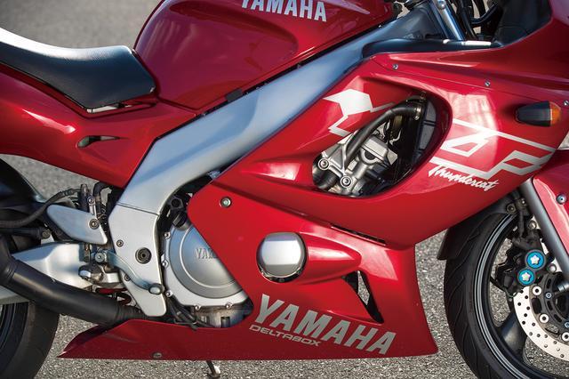 画像: ボア62×ストローク49㎜、排気量599㏄の4バルブ水冷直4エンジンは、最高出力100PSとパワフルなもの。ヤマハ車初のラムエアシステムも採用されている。
