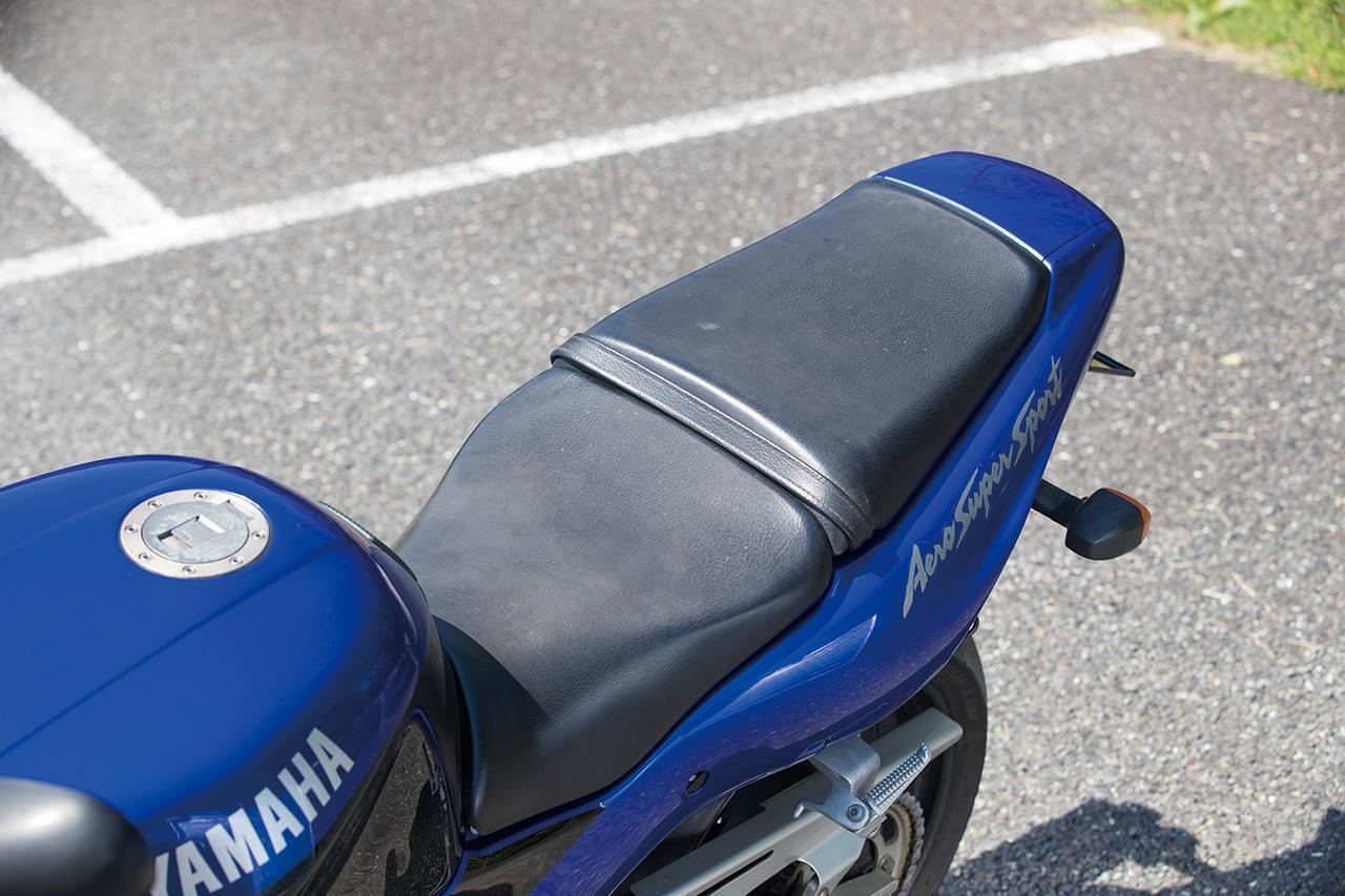 画像: シートはスーパースポーツとは思えないライダー側もタンデム側もゆったりとしたサイズで、ポジションの自由度も高く快適性の高いデザイン。シート高は790㎜。