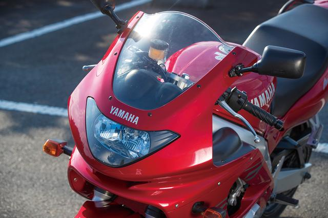 画像: 1灯式の異型ヘッドライトを採用し、2灯式のサンダーエースと異なる印象とされたフロントマスク。吸気効率を高めパワーを引き出す走行風導入システムのダクトも設けられている。