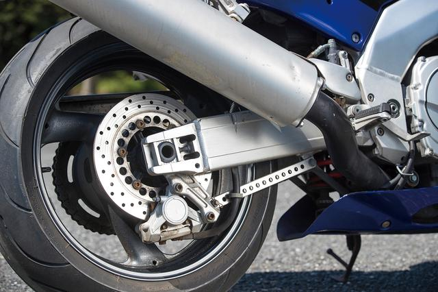 画像: リアサスペンションはリンクサスで、リアブレーキキャリパーは対向2ポットだ。マフラーはもちろん排気デバイスのEXUPを内蔵している。
