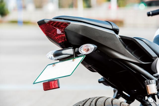 画像: ジムカーナではウインカー類も破損しやすいパーツのひとつ。フェンダーレスキットによりウインカーとナンバーを車体側に近づけることで、スッキリとさせたテール周りが、スポーティな印象を高めている。