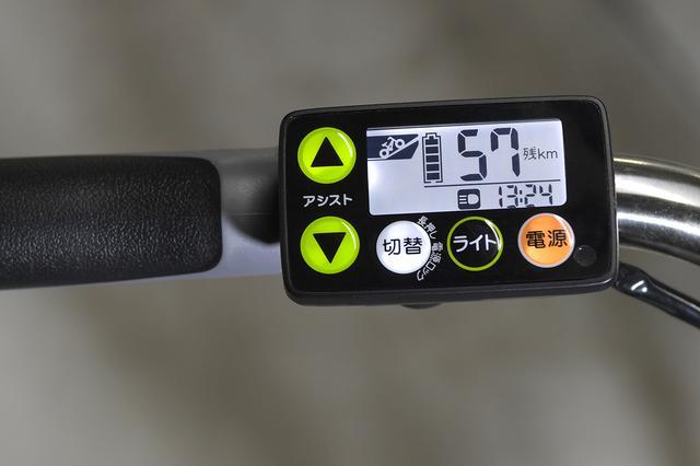 画像: バッテリー残量やモード切り替えが見やすい液晶5ファンクションメーター。時計表示があるメーターは業界で唯一「PAS」のみが採用しているそうです。