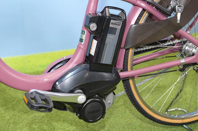 画像: スタンダードとデラックスに搭載される12.3Ahバッテリーは、1充電あたり、「標準」モードで約56km、「強」モードで約48kmの走行が可能(標準パターンでの走行値)。ヤマハのユーザーアンケートでは、電動アシスト自転車ユーザーの約7割が週に約30km以内の走行距離で使用するそうですから、大抵のユーザーは週に1度程度の充電で不自由なく使えるということになります。想像以上に長い距離を安心して走れるんですね。