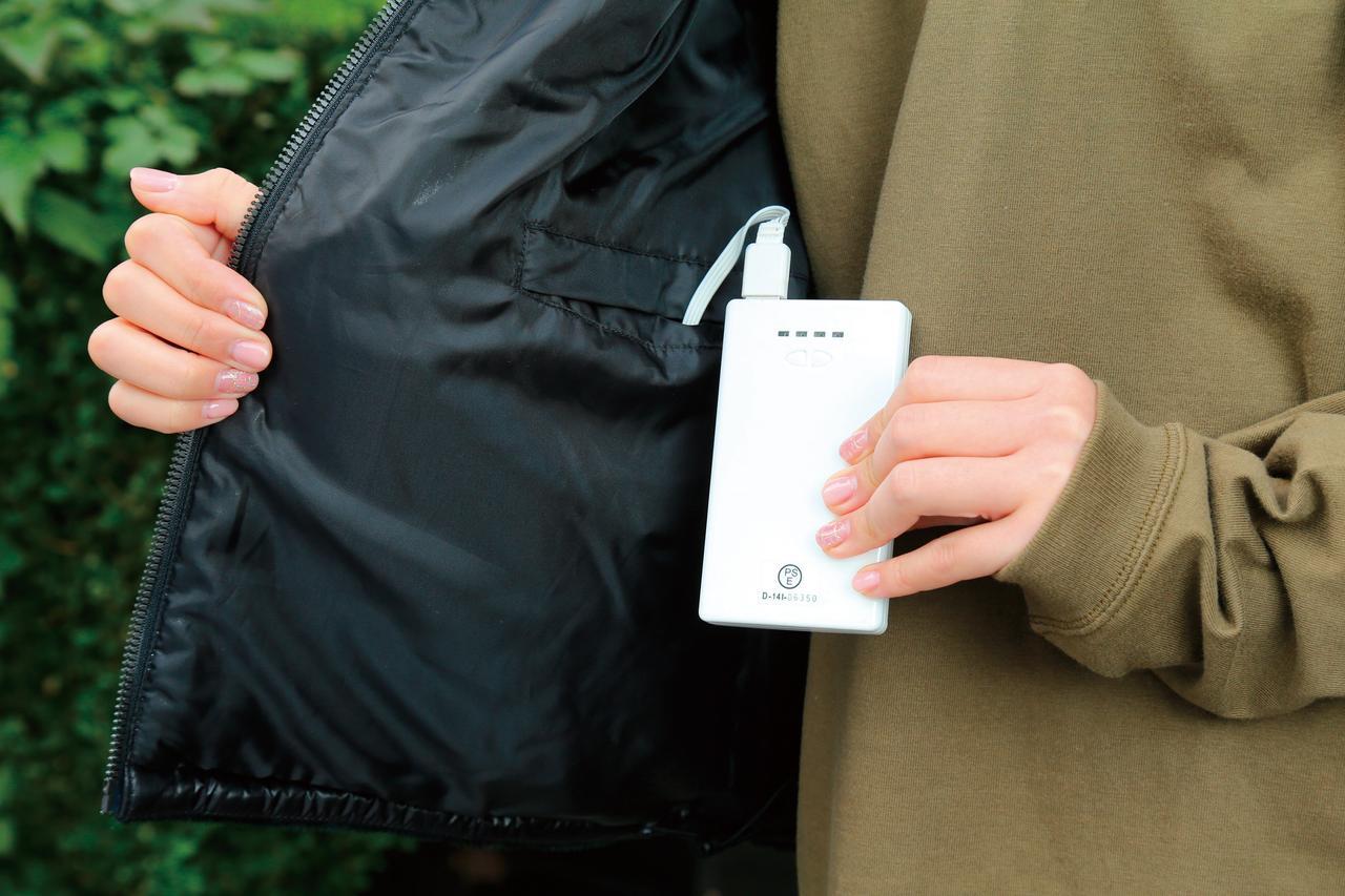 画像: 内側にはモバイルバッテリー用のポケットが2個。両方にバッテリーを接続すれば手っ取り早く持続時間を伸ばせる。USB端子接続なので、車体側からUSB電源を引いて接続することも可能。
