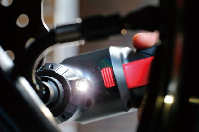 画像: 夜間を始めとする、暗い場所での作業性をアップさせるLEDライトも搭載している。