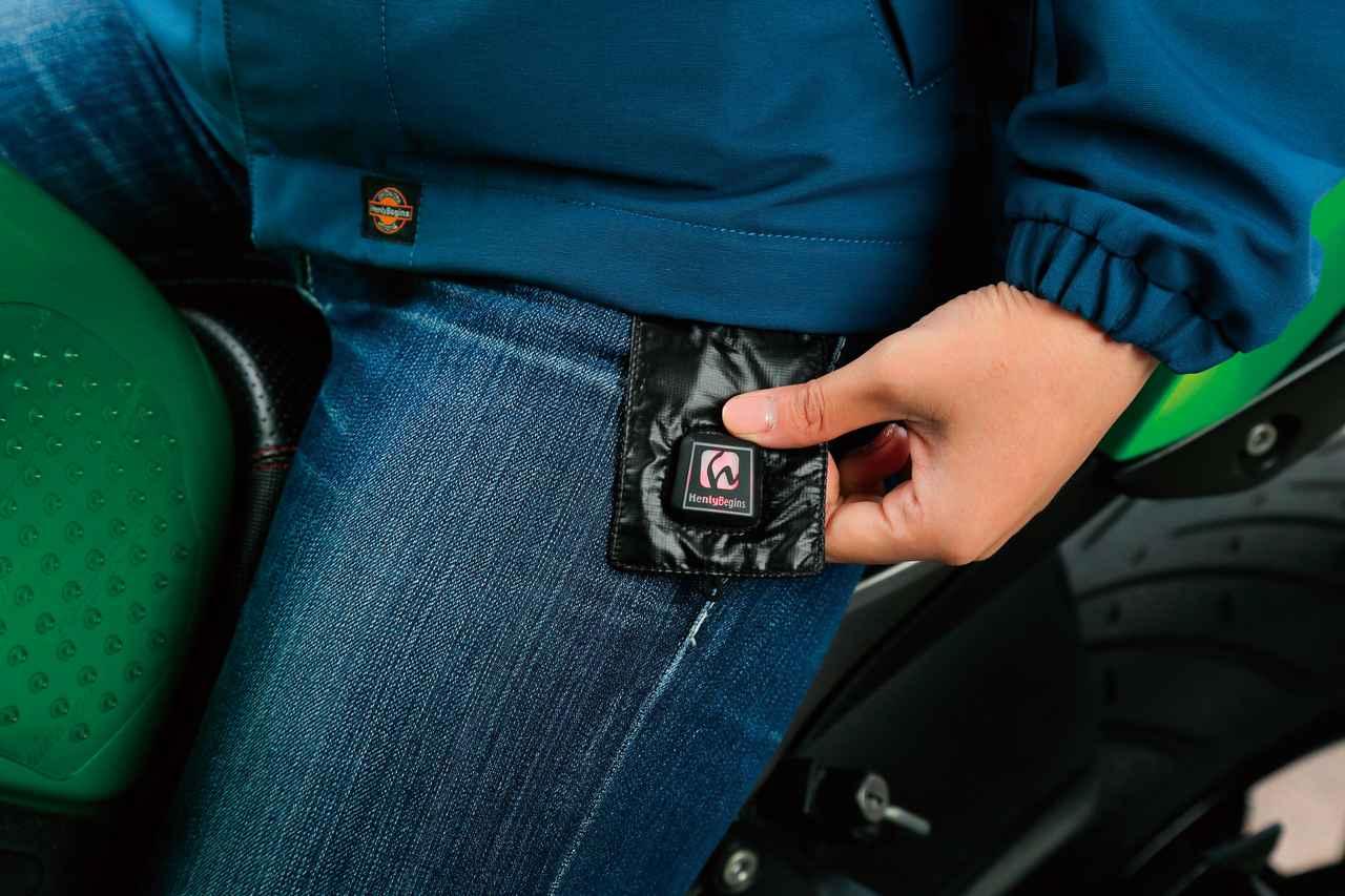 画像: 温度調整は3段階。インナーとして着るときはスイッチを外に出しておくと操作しやすい。ベスト単体で着るときは目立たないようにスイッチタブ全体をベスト内側に折り込める。