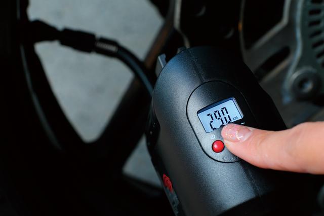 画像: 空気圧の設定は+−のボタンを押すだけ。表示単位はkPa、PSI、barに切り替え可能。