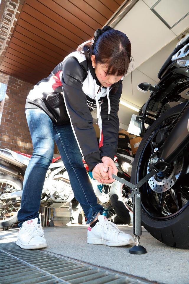 画像: リフトアップはレバーを押し下げるだけで、女性の力でも無理なく上がる。輪ゴムやタイラップなどでフロントブレーキを握った状態にしておくとより安全。