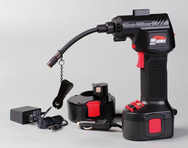 画像: バッテリーパックは付属の充電器を使って約3.5時間でフル充電できる。シガーライター電源を利用するカーアダプターも同梱されている。グリップ下側にあるのは浮き輪やボール用のアタッチメント。