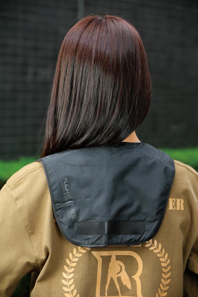 画像: ヒーターの面積は小さいが、暖かさが首の下側から肩、背中へと広がっていく。重量は僅か100g(バッテリーを除く)なので装着感は皆無。