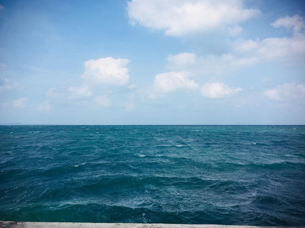 画像: 海は、やっぱ綺麗。 もー小さい島だし、地図見ずに移動しちゃお! もちろん、行きたい道のほうに出れなくなりましたが、迷ってしまったおかげで、 素晴らしいとこに着きましたよ( ⸝⸝⸝¯  ¯⸝⸝⸝ ) ラッキー( › ·̮ ‹ )