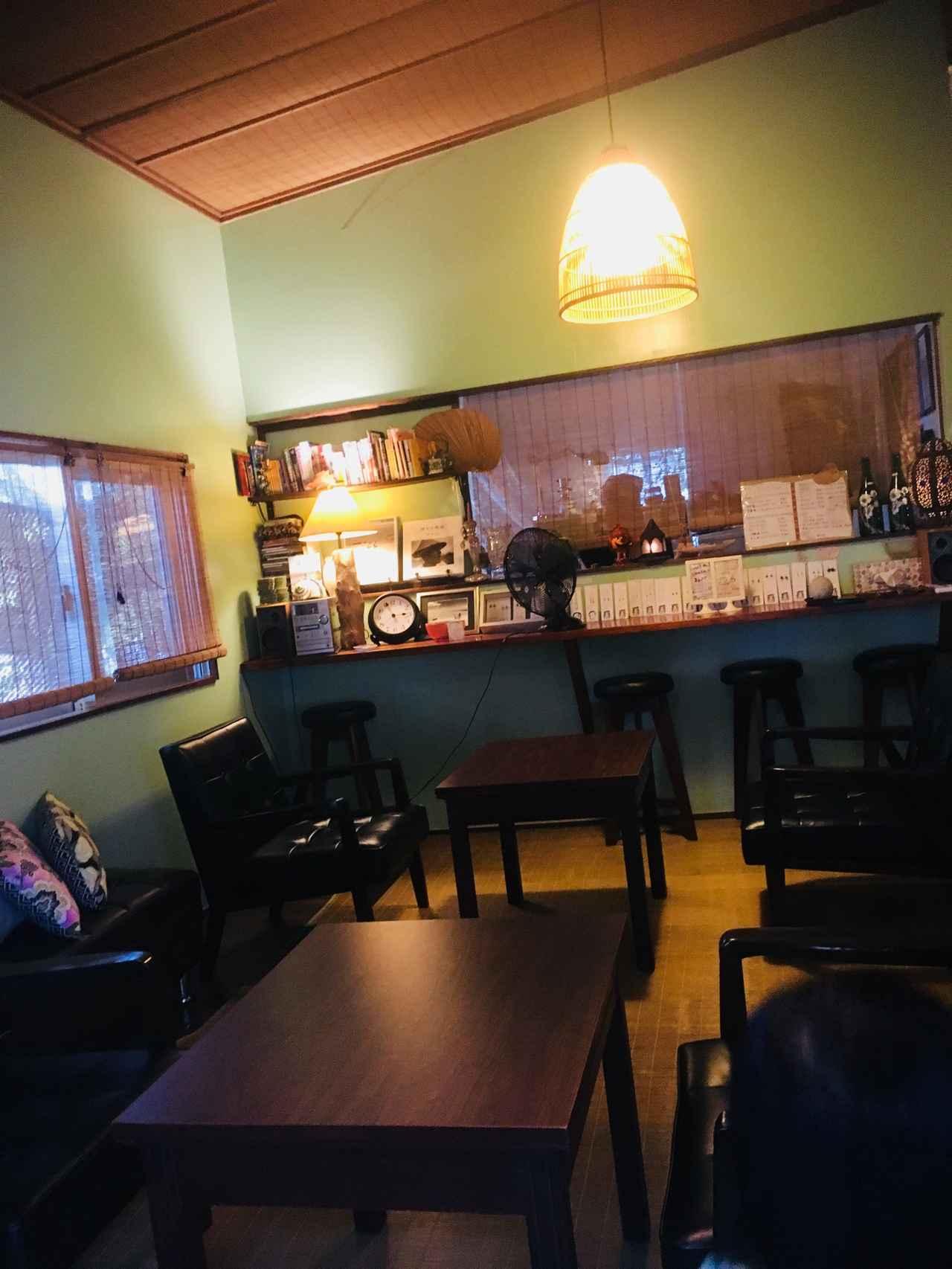 画像: わお!中はこんな雰囲気。黒島の長閑な場所からかけ離れたような店内にびっくり(  ゚Д゚) オサレ〜(✽´ཫ`✽) 黒島産アーサーのマヨトーストを注文。やっぱり地のものを食べないとね( ꇐ₃ꇐ )